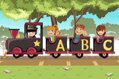 Gosses conduisant le train d'alphabet Photo stock