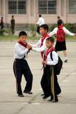 Gosses coréens du nord d'école sur la cour de récréation Photos libres de droits