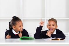 Gosses d'école dans la salle de classe Photographie stock libre de droits