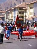 Gosses d'école portant des drapeaux Images libres de droits