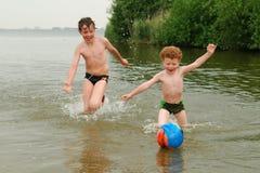 Gosses d'amusement dans l'eau Images libres de droits