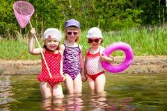 Gosses d'amusement sur la plage Image stock