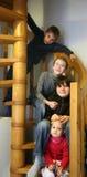 Gosses dans l'escalier photos stock