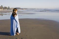 Gosses dans la couverture à la plage Images libres de droits