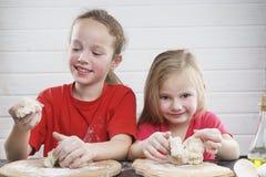 Gosses dans la cuisine Ayez l'amusement développement d'un enfant , la famille ensemble images stock