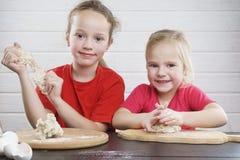 Gosses dans la cuisine Ayez l'amusement développement d'un enfant , la famille ensemble photos libres de droits