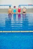 Gosses dans la piscine Photographie stock