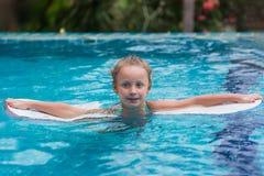 Gosses dans la piscine Les enfants nagent dehors Enfant d'enfant en bas âge pendant des vacances dans une station de vacances tro image stock