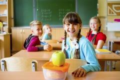 Gosses dans la salle de classe Image stock