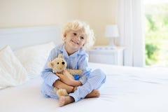 Gosses dans le bâti Enfants dans des pyjamas Chambre à coucher de famille Image stock