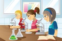 Gosses dans le laboratoire de science Images stock