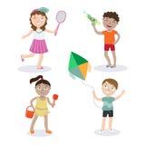 gosses de plage Enfants d'été avec des jouets Images stock
