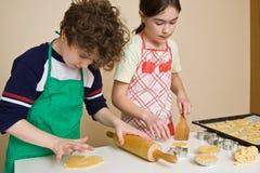 Gosses effectuant des gâteaux Photographie stock libre de droits