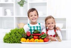 Gosses en bonne santé heureux avec des légumes Image libre de droits