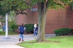 Gosses entrant dans l'école image libre de droits