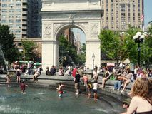 Gosses et fontaine Image libre de droits