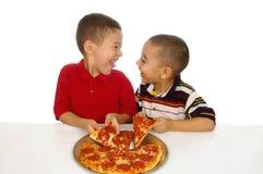 Gosses et pizza Photo libre de droits