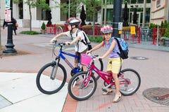 Gosses faisant du vélo à l'école photo stock