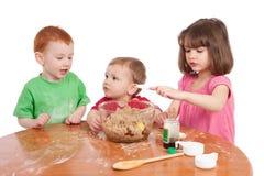 Gosses faisant le gâteau cuire au four Photographie stock libre de droits