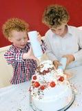 Gosses faisant le gâteau cuire au four Photos libres de droits