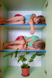 Gosses fatigués dans un cabinet photos stock