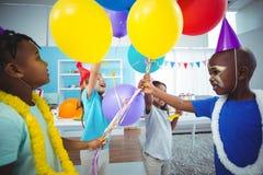 Gosses heureux avec des ballons photographie stock