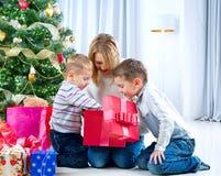 Gosses heureux avec des cadeaux de Noël Photos stock