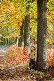 Gosses heureux ayant l'amusement dans le stationnement d'automne Photos stock