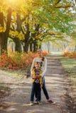 Gosses heureux ayant l'amusement dans le stationnement d'automne Images stock