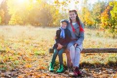 Gosses heureux ayant l'amusement dans le stationnement d'automne Photographie stock libre de droits