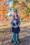 Gosses heureux ayant l'amusement dans le stationnement d'automne Photographie stock