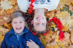 Gosses heureux ayant l'amusement dans le stationnement d'automne Image stock