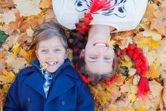 Gosses heureux ayant l'amusement dans le stationnement d'automne Photos libres de droits