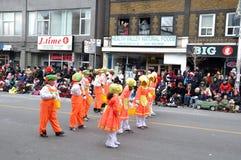 Gosses heureux dans le défilé de Santa Image libre de droits