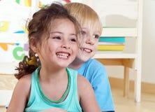 Gosses heureux dans le jardin d'enfants Image libre de droits