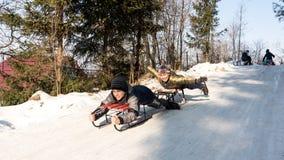 Gosses heureux en hiver Images libres de droits