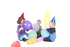 Gosses heureux jouant avec des ballons à la réception photographie stock