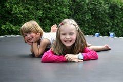 Gosses heureux jouant ensemble extérieur. Image libre de droits
