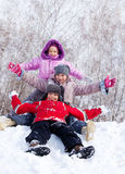 Gosses heureux sur la neige Photo stock