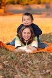 Gosses jouant à l'extérieur en automne photographie stock libre de droits
