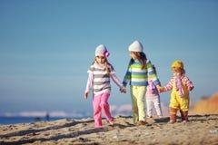 Gosses jouant à la plage Photographie stock libre de droits