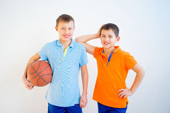 Gosses jouant au basket-ball Image libre de droits