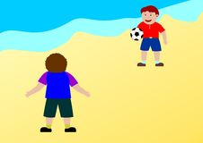 Gosses jouant au football sur la plage Photo stock