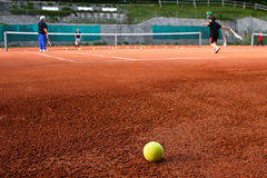 Gosses jouant au tennis Photographie stock libre de droits