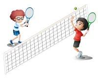 Gosses jouant au tennis Photographie stock