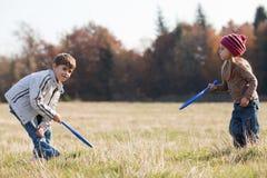 Gosses jouant au tennis à l'extérieur Image libre de droits