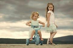 Gosses jouant avec des jouets Concept de vacances d'été Photographie stock
