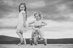Gosses jouant avec des jouets Concept de vacances d'été Images libres de droits