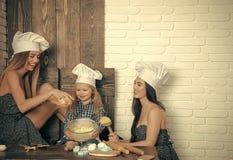 Gosses jouant avec des jouets Garçon et filles dans des chapeaux de chef Photos stock