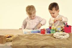 Gosses jouant avec des jouets La famille heureuse célèbrent des vacances de ressort, amour Photos libres de droits